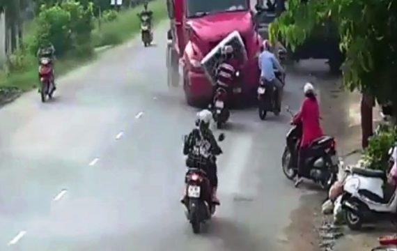 Khoảnh khắc kinh hoàng xe container đâm vào 2 xe máy rồi lao vào nhà dân